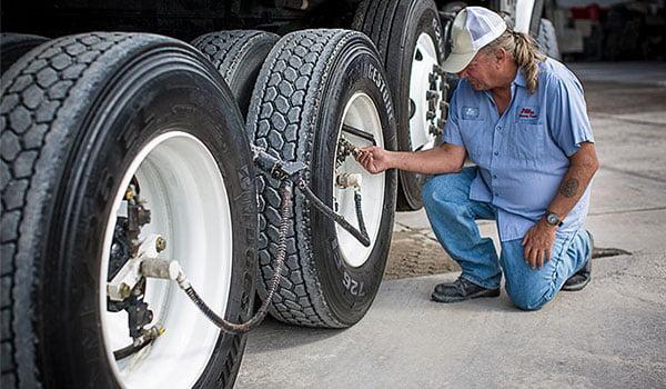 Контроль давления в грузовых шинах с помощью колпачков вентиля